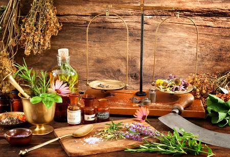 古代の自然医学、ハーブ、バイアル、木製の背景のスケール 写真素材