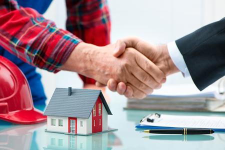 Handshakes avec le client après la signature du contrat Banque d'images