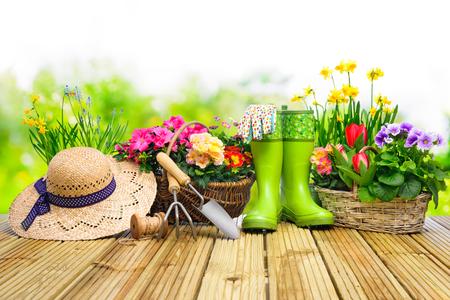 Attrezzi da giardinaggio e fiori sulla terrazza in giardino Archivio Fotografico - 52913973
