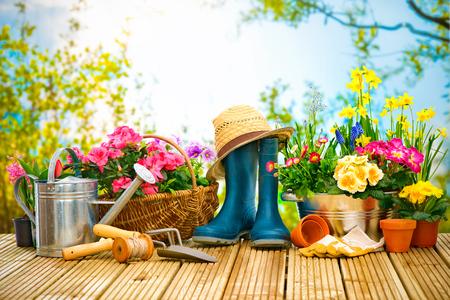 Attrezzi da giardinaggio e fiori sulla terrazza in giardino Archivio Fotografico - 52913979