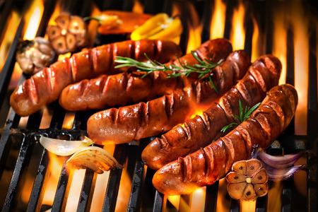 saucisse: Saucisse grillée sur le gril en flammes Banque d'images