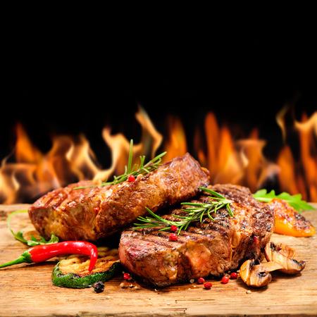 resplandor: Steakes carne deliciosas en madera
