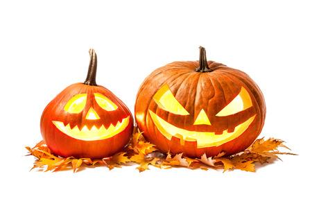Halloween-Kürbis-Kopf-Buchse Laterne mit brennenden Kerzen isoliert auf weißem Hintergrund