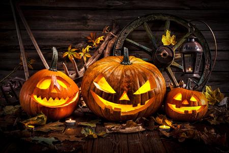 De Halloween cabeza de calabaza linterna con velas encendidas Foto de archivo - 54094188