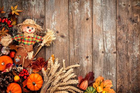 Fondo colorido del otoño con un espantapájaros de decoración para Halloween y Acción de Gracias