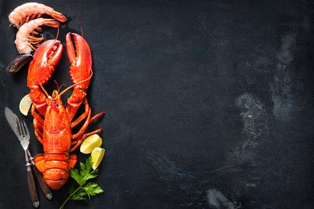 plaque Coquillages de crustacé fruits de mer avec homard frais, les moules, les crevettes comme un océan dîner gastronomique fond