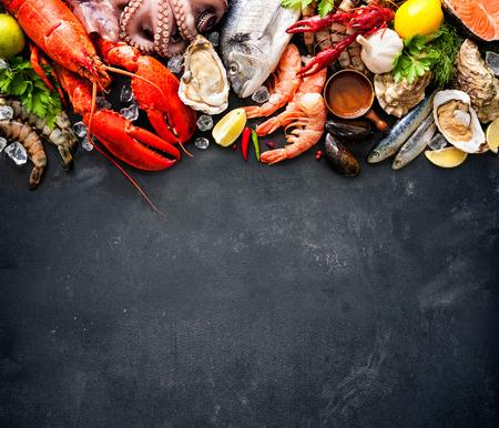 Piatto dei crostacei del crostaceo frutti di mare con astice fresco, cozze, ostriche come una cena gourmet sfondo oceano Archivio Fotografico - 55844675