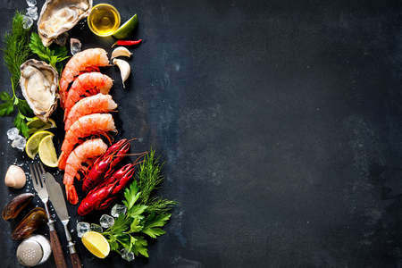 plaque Coquillages de crustacé fruits de mer avec des crevettes, moules, huîtres comme un océan dîner gastronomique fond Banque d'images