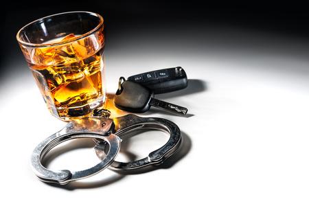 ウィスキーの車のキーし、飲酒運転でコンセプトを手錠 写真素材