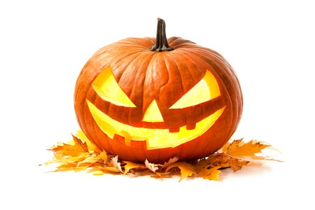 Halloween-Kürbis-Kopf-Buchse Laterne mit brennenden Kerzen isoliert auf weißem Hintergrund Standard-Bild - 55844729