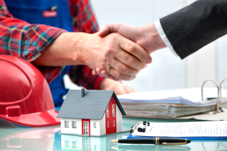 manos estrechadas: Apretones de manos con los clientes despu�s de la firma del contrato Foto de archivo