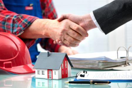 manos estrechadas: Handshakes with customer after contract signature