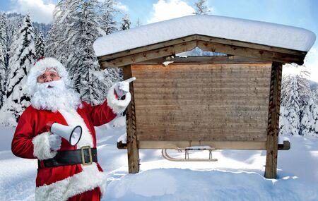 빈 기호를 가르키는 메가폰으로 산타 클로스 스톡 콘텐츠