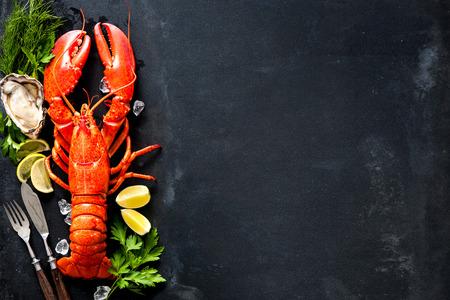 Schelpdieren plaat van schaaldier zeevruchten met verse kreeft, mosselen, garnalen, oesters als een oceaan gastronomisch diner achtergrond Stockfoto