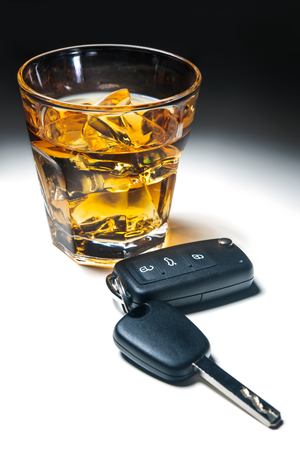 飲酒運転で車のキー概念とウイスキー
