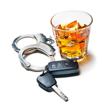 Whisky con las llaves del coche y el concepto de las esposas para beber y conducir Foto de archivo