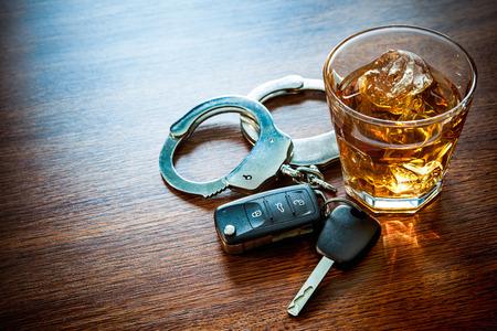 Whiskey avec les clés de voiture et le concept des menottes pour l'alcool au volant