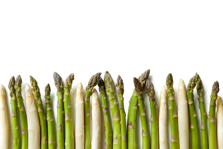 Köstliche frische Spargel auf weißem Hintergrund Standard-Bild