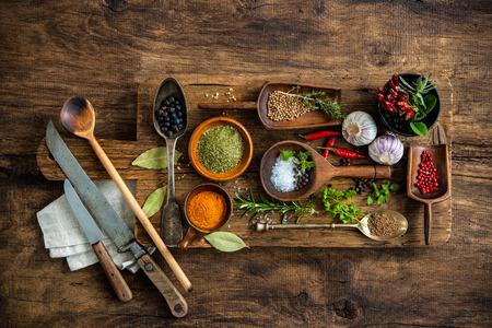 especias: Varias especias coloridas en mesa de madera