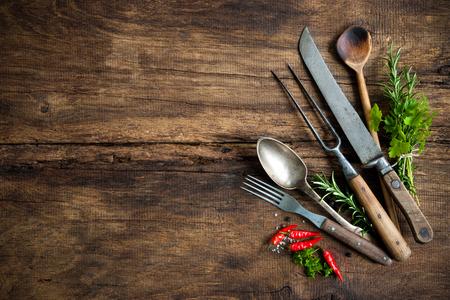 cuchillo: utensilios de cocina de la vendimia en la mesa de madera