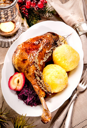 christmas goose: Crusty Christmas goose leg with braised red cabbage and dumplings