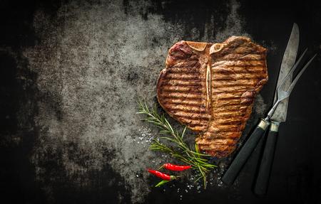 Gegrilltes T-Bone-Steak auf dunklem Hintergrund Standard-Bild