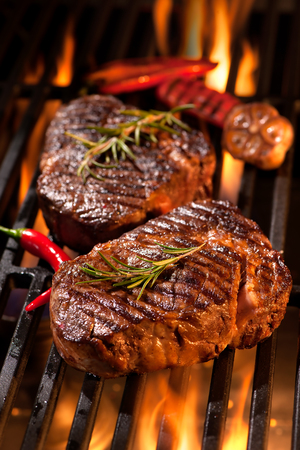 牛排在烤架上有火焰