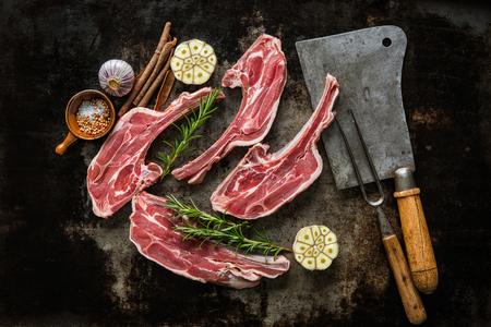 원시 신선한 양고기 고기와 고기 칼과 어두운 배경에 포크 스톡 콘텐츠