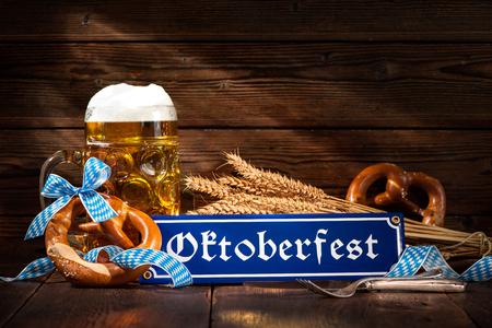 Pretzels bávaras originales con jarra de cerveza en la tabla de madera. fondo de Oktoberfest Foto de archivo - 57058809