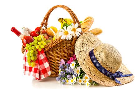 corbeille de fruits: panier pique-nique avec du pain de fruits et du vin isolé sur blanc Banque d'images