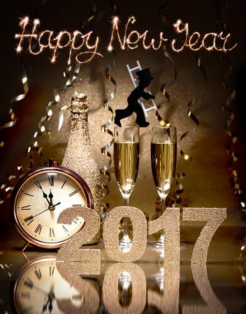 Capodanno celebrazione sfondo con coppia di flauti, bottiglia di champagne, orologio e uno spazzacamino come portafortuna Archivio Fotografico - 57246544