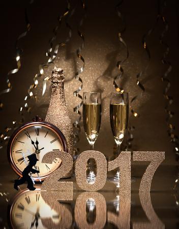 Nochevieja fondo de la celebración con pares de flautas, una botella de champán, un reloj y un deshollinador como amuleto de la suerte Foto de archivo - 57246676