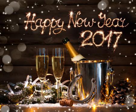 Capodanno celebrazione sfondo con coppia di flauti e bottiglia di champagne in secchio e un ferro di cavallo come portafortuna Archivio Fotografico - 57247032