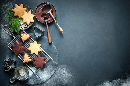 Weihnachtsbäckerei Hintergrund mit Plätzchen, Ausstechformen, Gewürze und andere Zutaten Standard-Bild