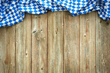 ババリア地方の白と青のファブリックではオクトーバーフェストの素朴な背景