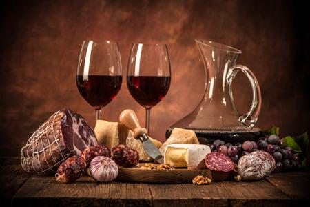 carne roja: cena romántica con vino, queso y salchichas tradicionales Foto de archivo