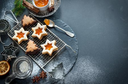 クリスマスのベーキング クッキー、クッキー カッター、スパイス、その他食材の背景 写真素材