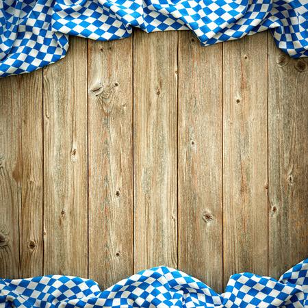 Rustieke achtergrond voor Oktoberfest met Beierse witte en blauwe stof Stockfoto