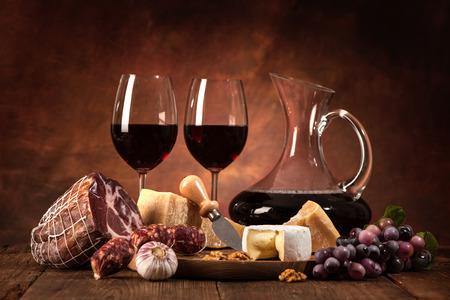 pan frances: cena romántica con vino, queso y salchichas tradicionales Foto de archivo