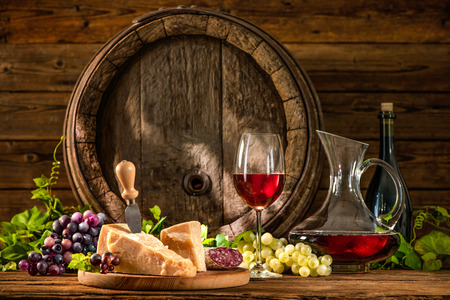 레드 와인과 오래 된 오크 와인 배럴의 유리와 함께 아직도 인생