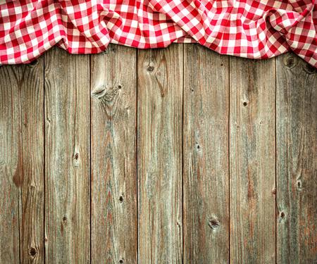 木製のテーブルに赤い市松模様テーブル クロス 写真素材 - 57806744