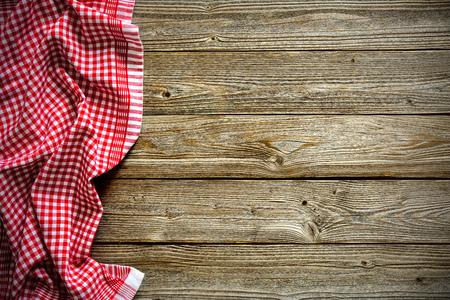 木製のテーブルに赤い市松模様テーブル クロス