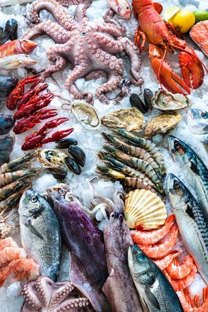 Mariscos en el hielo en el mercado de pescado Foto de archivo - 57807032