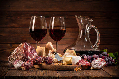 pan y vino: cena romántica con vino, queso y salchichas tradicionales Foto de archivo