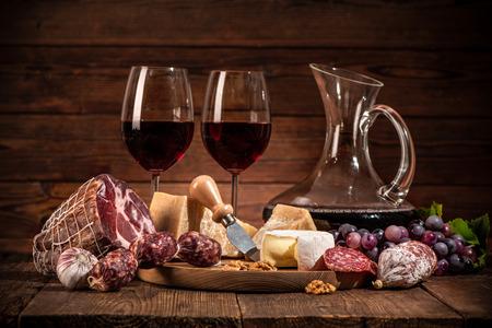Un dîner romantique avec du vin, du fromage et des saucisses traditionnelles