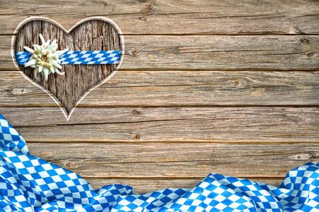 Holz Wiesn-Board mit Herz geformt ausgeschnitten, bayerische Fahne und Edelweiß Standard-Bild - 58717121