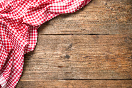 Red checkered tablecloth on wooden table Фото со стока - 58717132