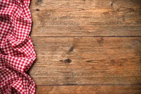 나무 테이블에 빨간 체크 무늬 식탁보