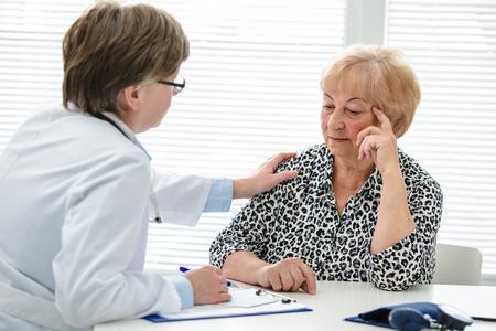 彼女の年長の患者に診断を説明する女医 写真素材 - 60368129