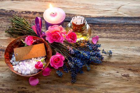 Spa encore la vie avec des bougies, des fleurs et une balise vide Banque d'images